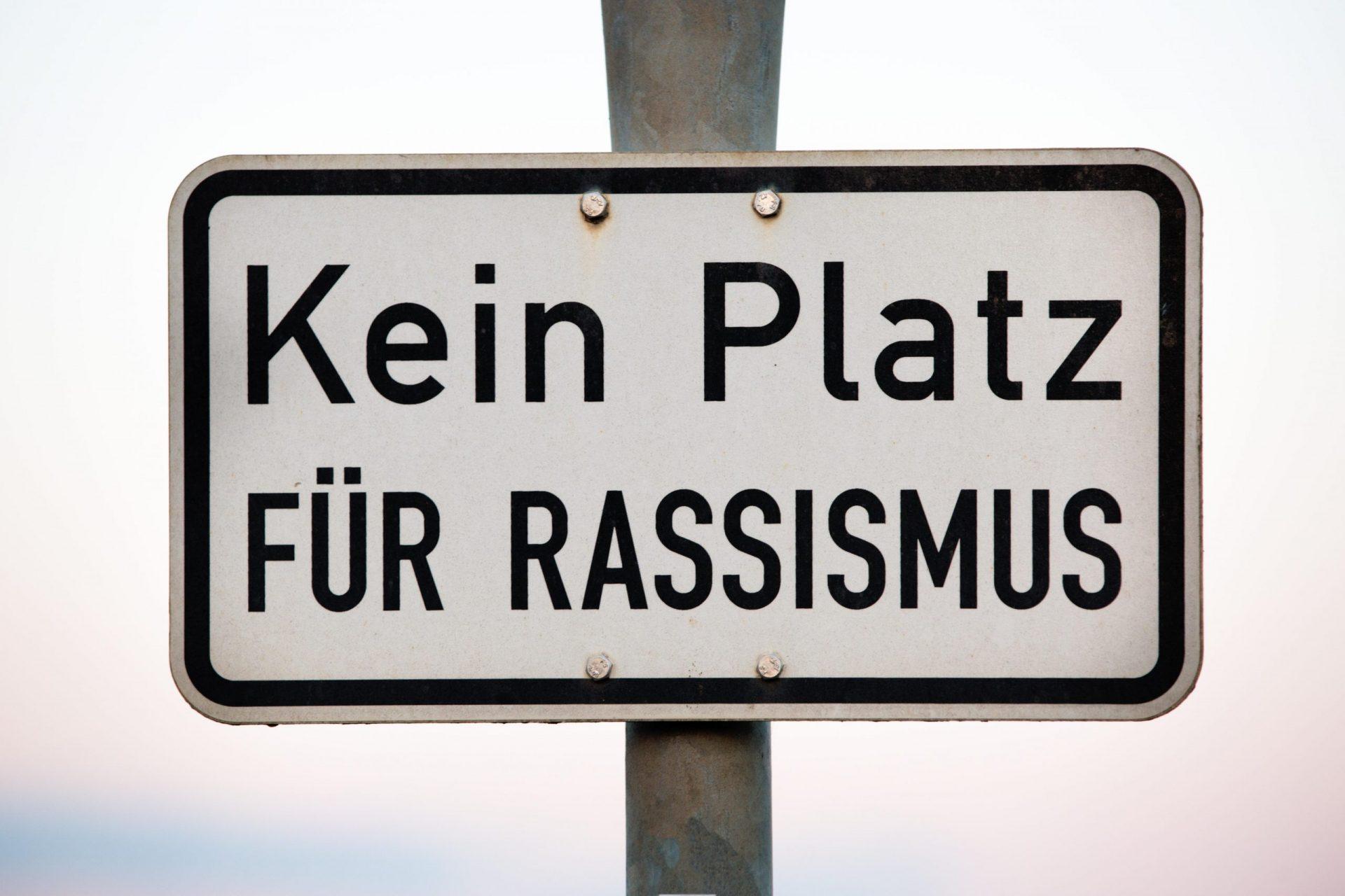 """Schild """"kein Platz gegen Rassismus"""""""