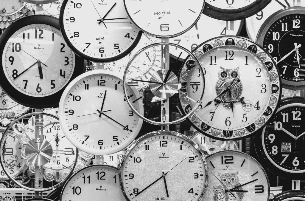 viele Uhren schwarz-weiß