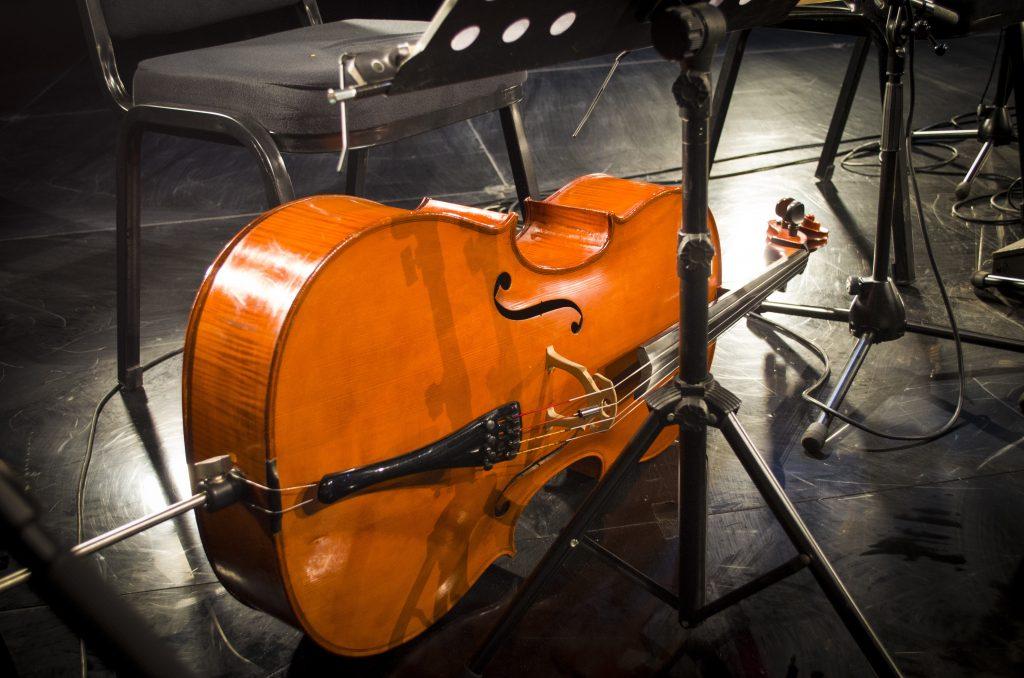 Cello auf einer Bühne