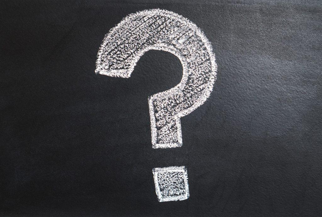 Fragezeichen gezeichnet aus Kreide auf Tafel