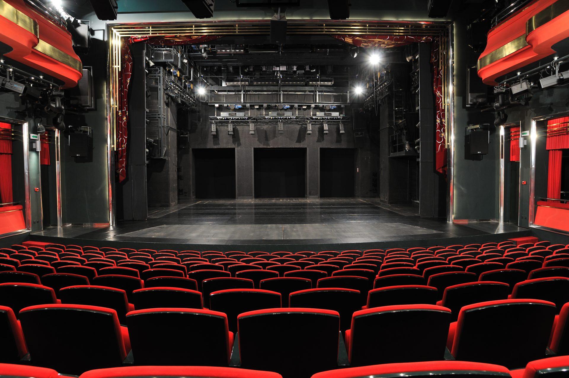 Theater mit roten Sitzen