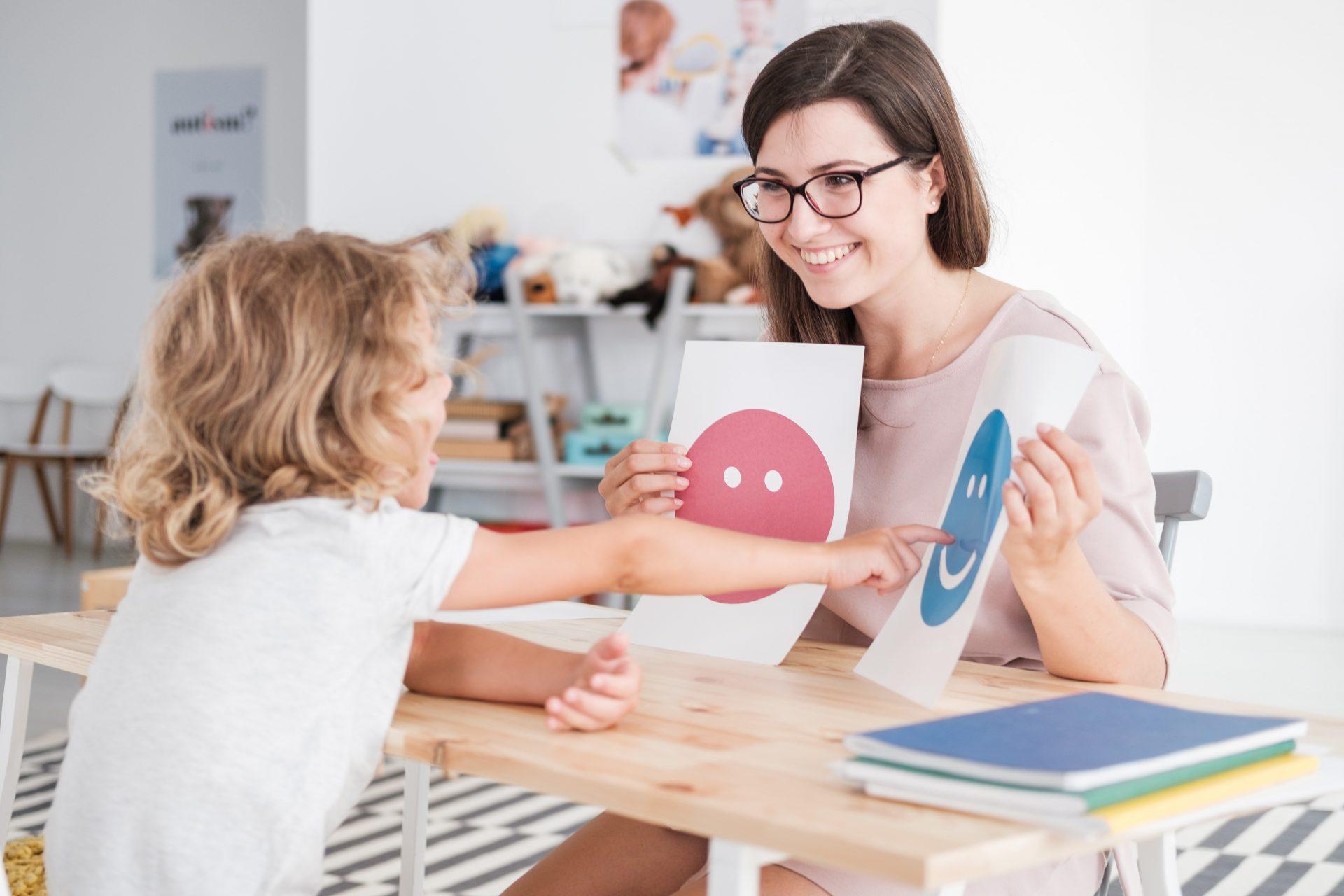 Schulpsychologin arbeitet mit Kind