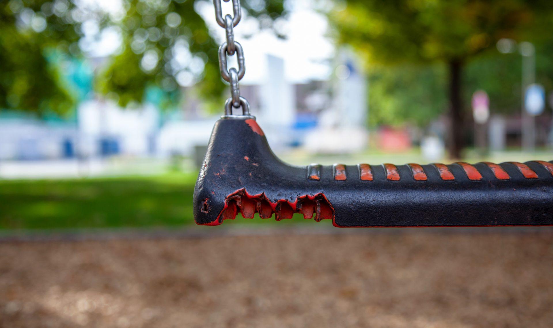 Kaputte Ausrüstung auf dem Spielplatz