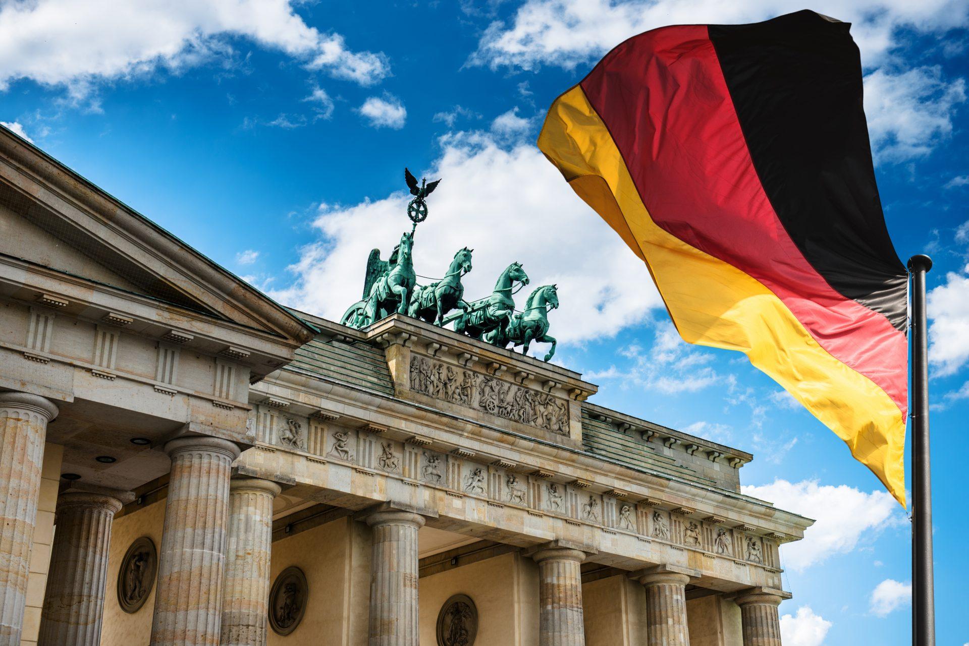 Deutschlandflagge vor dem Brandenburger Tor