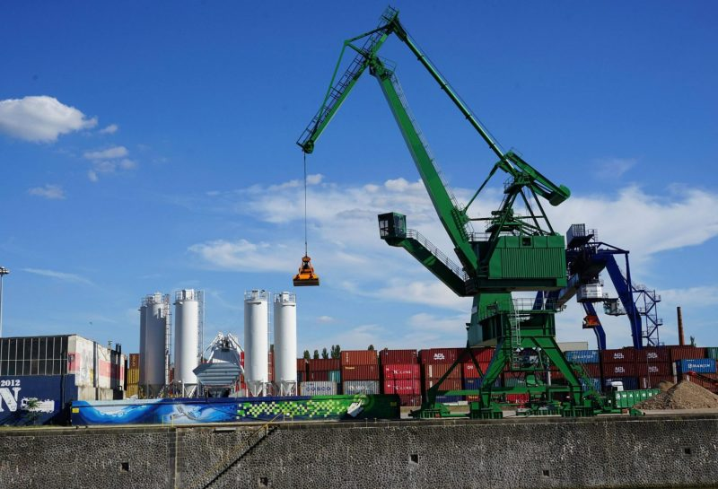 Hafenkran, Container, Silos, Osthafen, Frankfurt, Main, Hessen, Deutschland || Nur für redaktionelle Verwendung