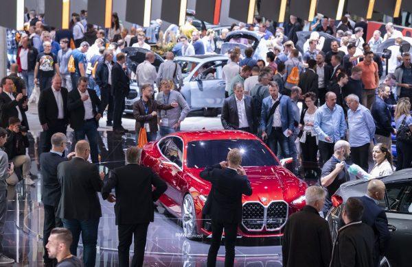 13.09.2019, Hessen, Frankfurt/Main: Messebesucher der IAA schauen sich auf dem Messestand von BMW das Concept 4 Fahrzeug an. Foto: Silas Stein/dpa | Verwendung weltweit