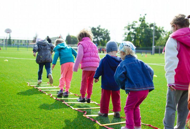 Kinder machen Sport draußen