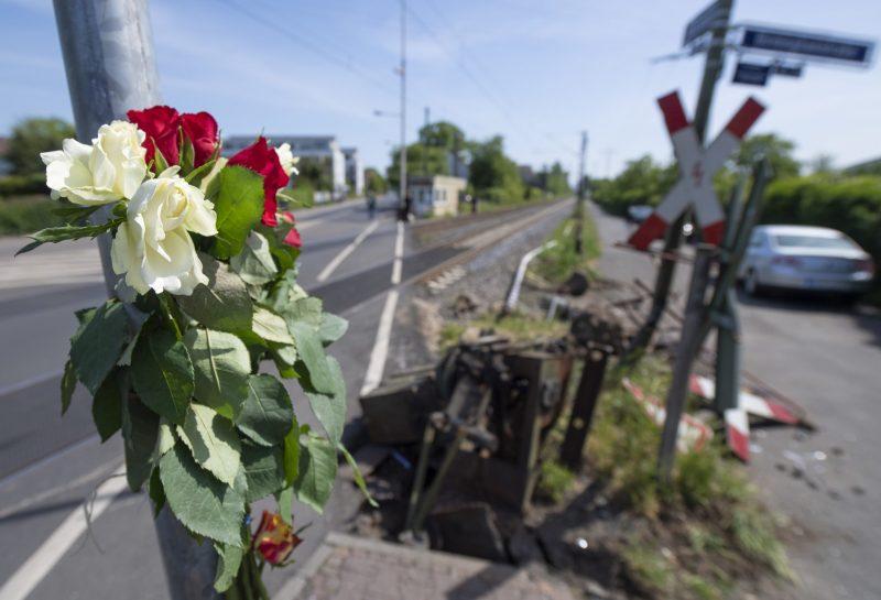08.05.2020, Hessen, Frankfurt/Main: Blumen stecken am Unglücksort an einem Bahnübergang im Stadtteil Nied, wo am Vortag bei einem Unfall eine 16-Jährige tödlich verletzt worden war. Nach bisherigen Ermittlungen waren die Schranken zum Zeitpunkt des Unglücks nicht geschlossen. Foto: Boris Roessler/dpa | Verwendung weltweit