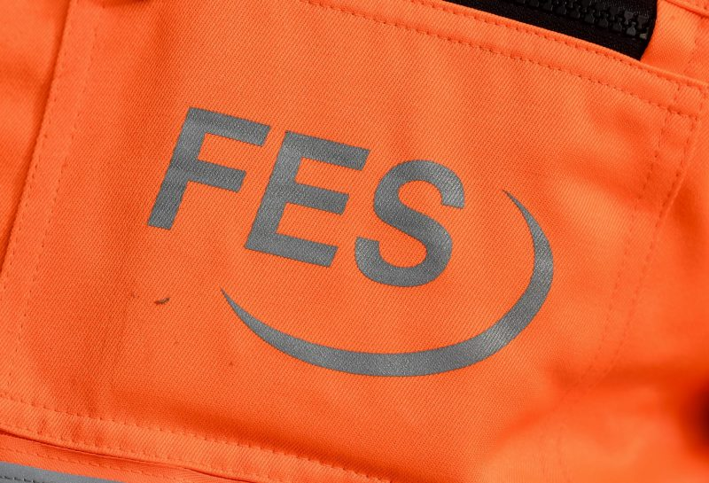 FES Frankfurt Schriftzug auf orangenem Grund