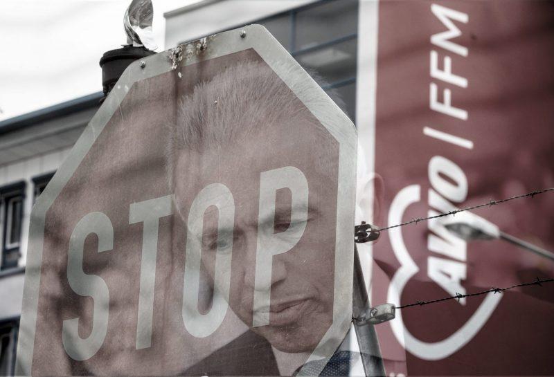 Ein verblasstes Stopschild steht vor der AWO-Zentrale in Frankfurt. Nachdem bekannt geworden war, dass die AWO die Stadt Frankfurt unter anderem mit falschen Personallisten getäuscht haben soll, drohen dem Verband jetzt hohe Rückzahlungsforderungen. || Nur für redaktionelle Verwendung