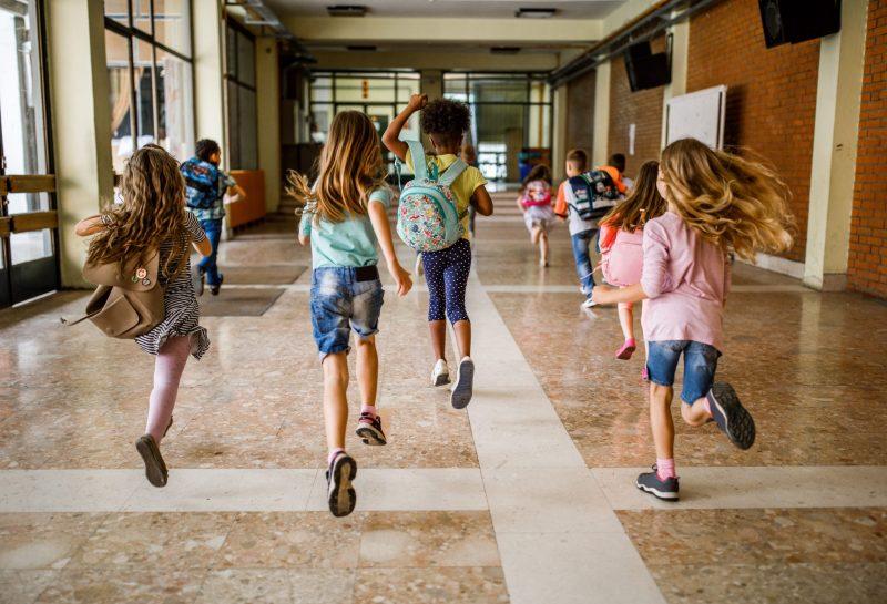 Kinder rennen in der Schule herum