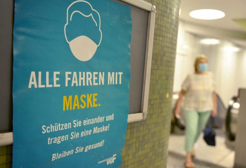 FRANKFURT/MAIN - DEUTSCHLAND: 19.08.2020, Ein Hinweisschild informiert über die Maskenpflicht in der U-Bahn Station Dom/Römer. Foto: Bernd Kammerer || Nur für redaktionelle Verwendung