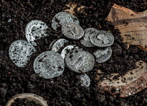 Antike römische Münzen liegen in der Erde