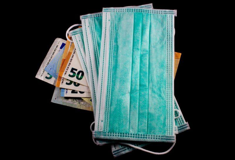 Medizinische Masken auf Euro Bills, Konzept der erhöhung der Kosten für den Schutz von Viren wie das Coronavirus oder Covid19