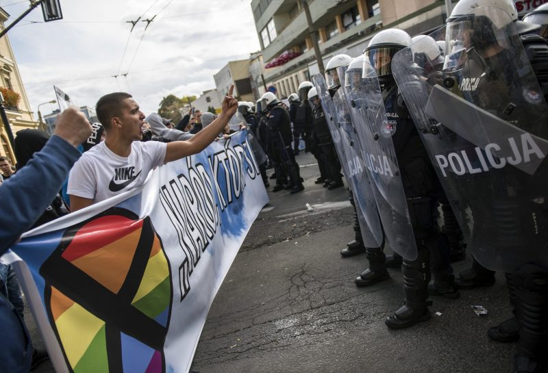 September 28, 2019, Lublin, Poland: Far-right protesters seen gesturing and shouting towards the police forces during the Equality March in Lublin city..Polish police have used force, tear gas and pepper spray on far-right protesters and local hooligans trying to disrupt an LGBT parade. The clash with the police during the Equality March took place at the eastern Polish city of Lublin. It comes as Poland's gay rights movement become more vocal, prompting a backlash by social conservatives in the mostly Roman Catholic country. The ruling Law and Justice party depicts the LGBT movement a threat to polish traditions. (Credit Image: © Attila Husejnow/SOPA Images via ZUMA Wire || Nur für redaktionelle Verwendung