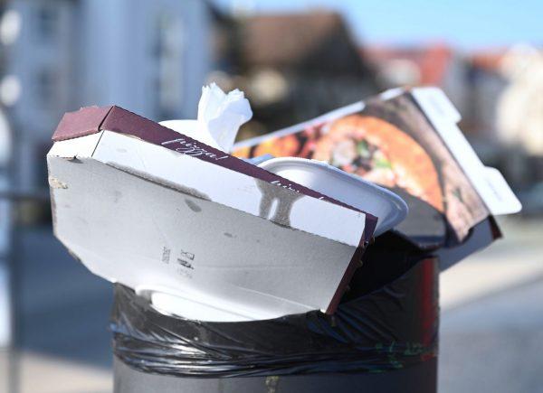 Verpackungen in Mülleimer
