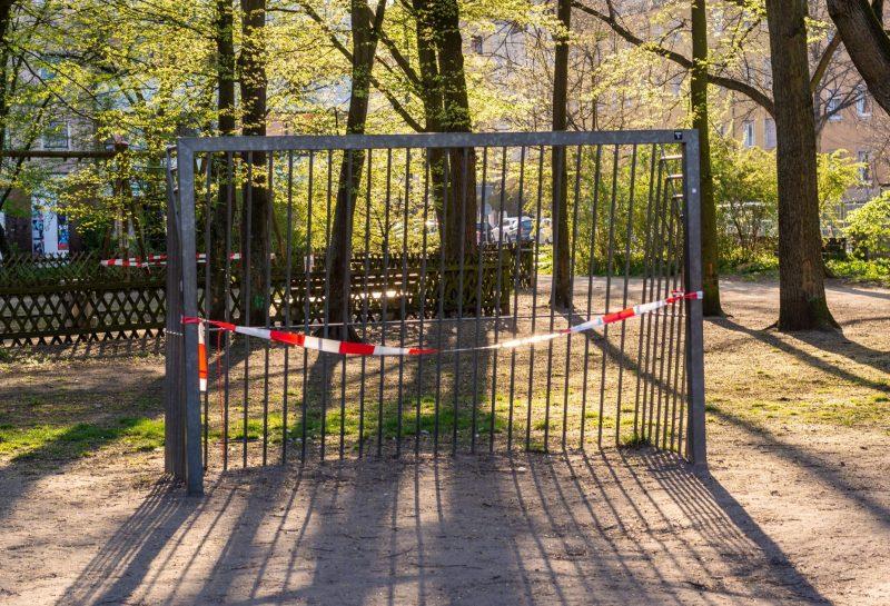 Ein Metall-Fußball-Tor in einem Park wegen Coronavirus geschlossen