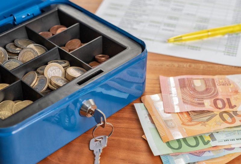 Geldkassette mit Geld