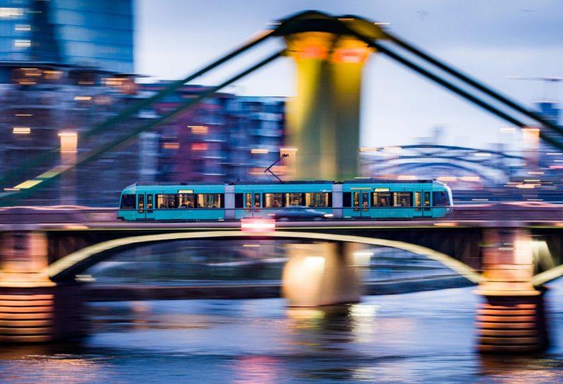 dpatopbilder - 11.02.2019, Hessen, Frankfurt/Main: Ein Straßenbahn fährt bei Tagesnabruch über die Ignatz Bubis-Brücke über den Main (Aufnahme mit Mitzieh-Effekt). Foto: Frank Rumpenhorst/dpa | Verwendung weltweit