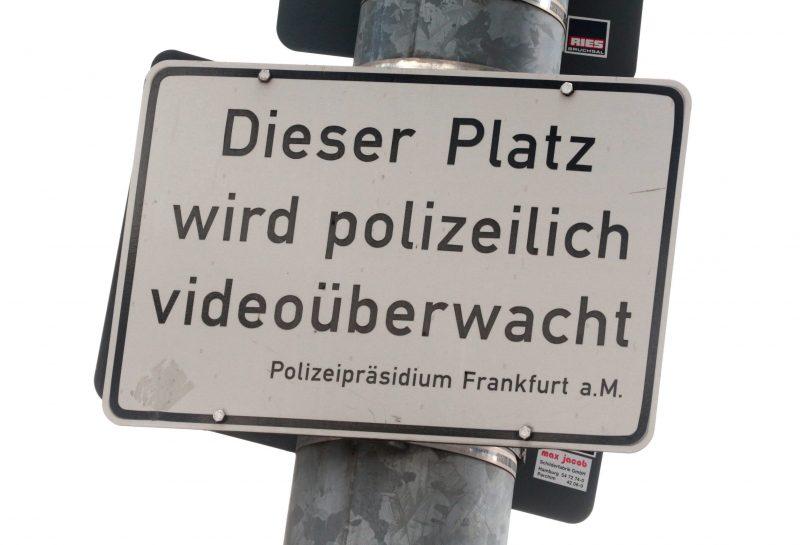 Schild mit Aufschrift: Dieser platz wird videoüberwacht