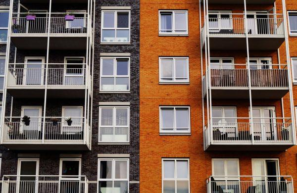 Hausfassade mit Balkonen
