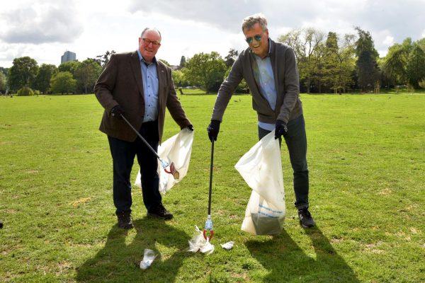 Bodo Pfaff-Greiffenhagen  und Thomas Dürbeck sammeln Müll am 28.: April  2018, im Ostpark in Frankfurt.
