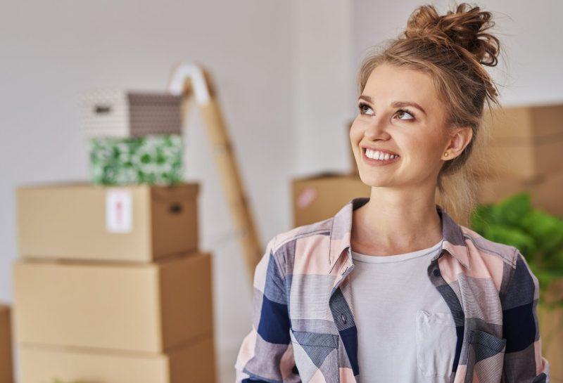 Lächelnde Frau in neuem Zuhause